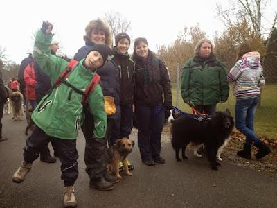 Gruppe startet am Hunde-Plauschparcours in Belp der Seerettungshunde.