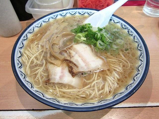 濃い褐色のスープのは濃厚な味わい