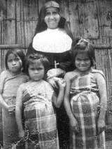 suor Maria Troncatti nei primi anni in Ecuador con bambini shuar