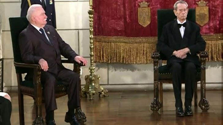 Regele Mihai a decorat pe Lech Walesa cu Ordinul Coroana României în grad de Mare Cruce
