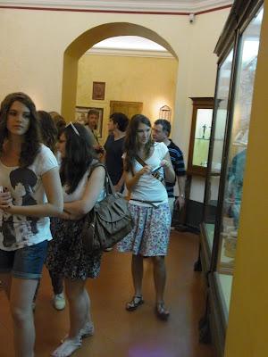 秘宝館を見る女子学生