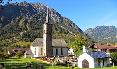 Start in Hinterstein vom Parkplatz Zipfelsalpe Zipfelsfällenahe Kirche Allgäu