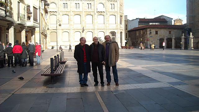 Víctor, Julio y Rafael en la plaza de la catedral de León