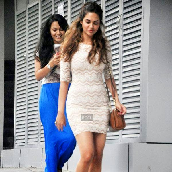'Humshakals' actress Esha Gupta snapped enjoying an outing in Bandra, Mumbai on July 11, 2014.(Pic: Viral Bhayani)