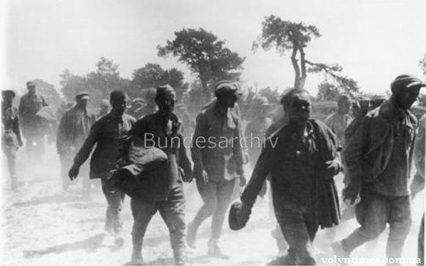 Колона військовополонених захоплених між Луцьком і Володимир-Волинським. Червень 1941 року.