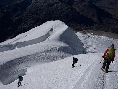 Baixem per l'ampla glacera, evitant les grans esquerdes