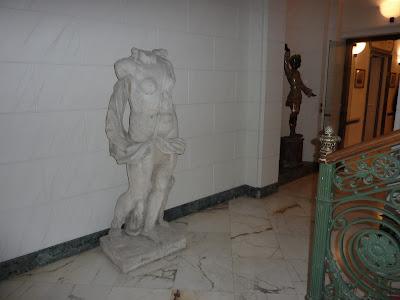 В холле