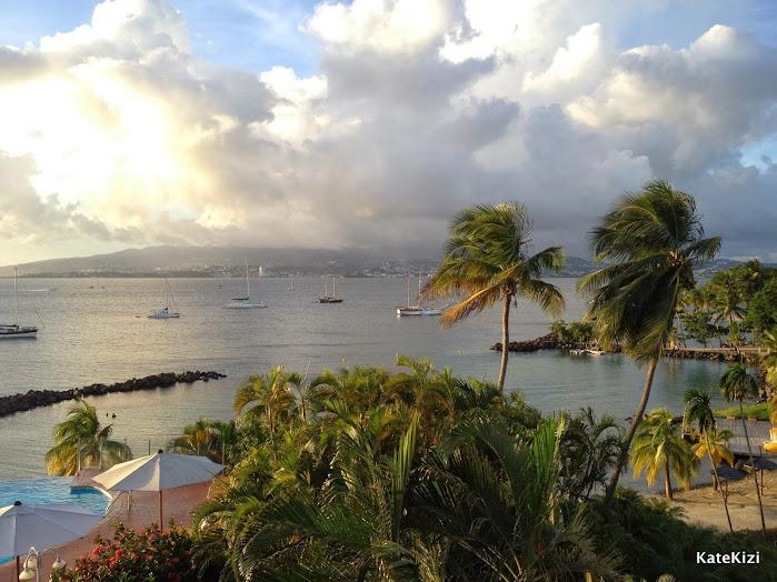 Вид из номара на пляж отеля, кусочек бассейна и ресторан  и бухту