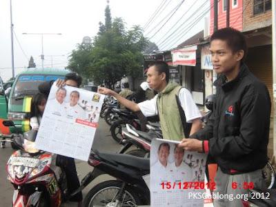 Pembagian kalender 2013 gratis saat Mapay Lembur Terminal Dago