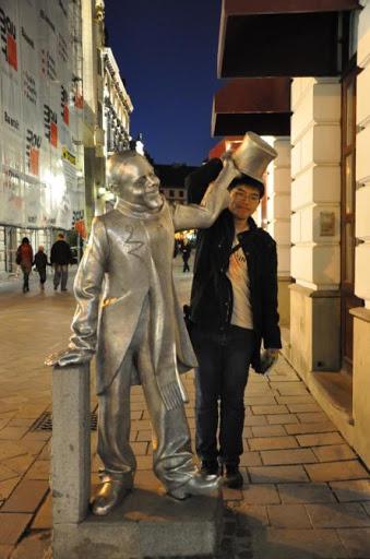 我與Bratislava的雕像互動