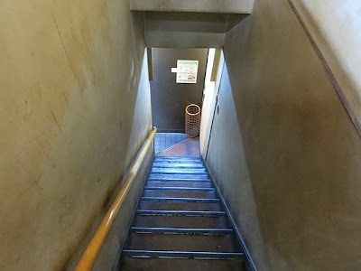 2階席に登る狭い階段