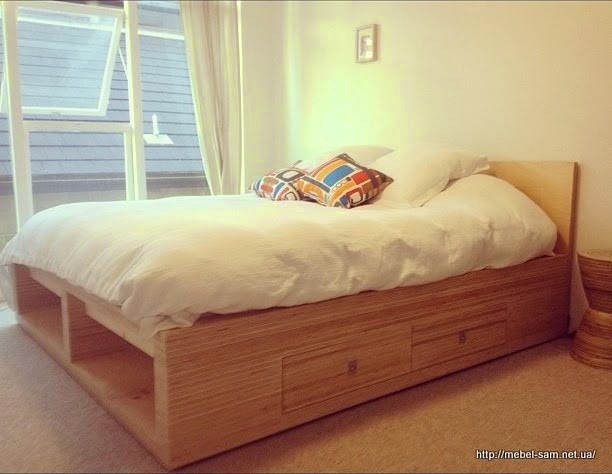 У кроватей имеются внутренние полки и выдвижные ящики для постельного белья