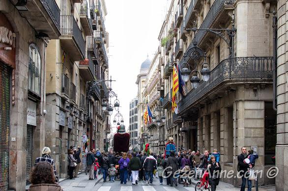 festivalden dönen kalabalık ve çocuklar, Barselona
