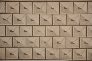 Jeden z motywow geometrycznych na fasadzie Kosciola Niepokalanego Poczecia NMP w Galowie