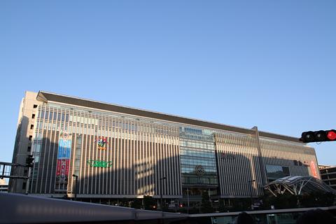 西日本鉄道「福岡オープントップバス」 赤塗装 車窓 JR博多シティ
