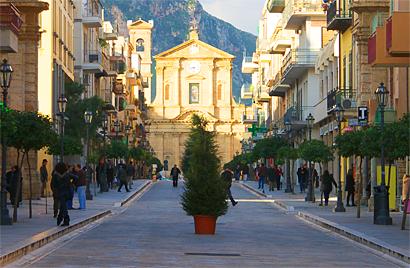 Sizilien - Bagheria - Blick auf die Chiesa Madre von der Fußgägnerzone aus.