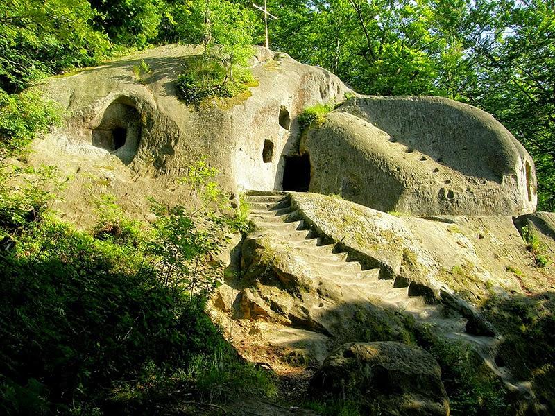 Печерний монастир поблизу села Розгірче
