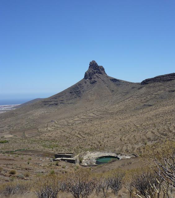 kleiner Berg mit Wasserstelle davor
