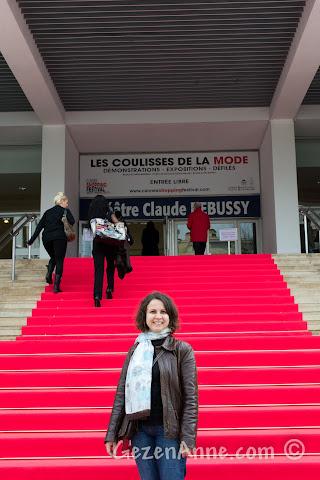Cannes'da Festival Sarayı (Palais des Festivals) önündeki kırmızı halıda