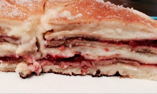 Tarta de Creps con crema pastelera y confitura de fresa