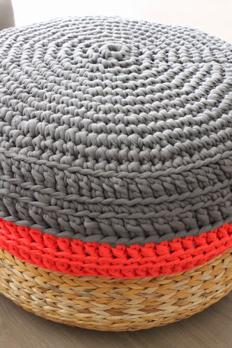 Not 2 late to craft: Puf de trapillo pel menjador / XXL crochet pouf for our living room