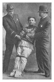 Гудини стал известен как «король наручников», но он также легко освобождался и из смирительной рубашки © Prairie Ghost.com
