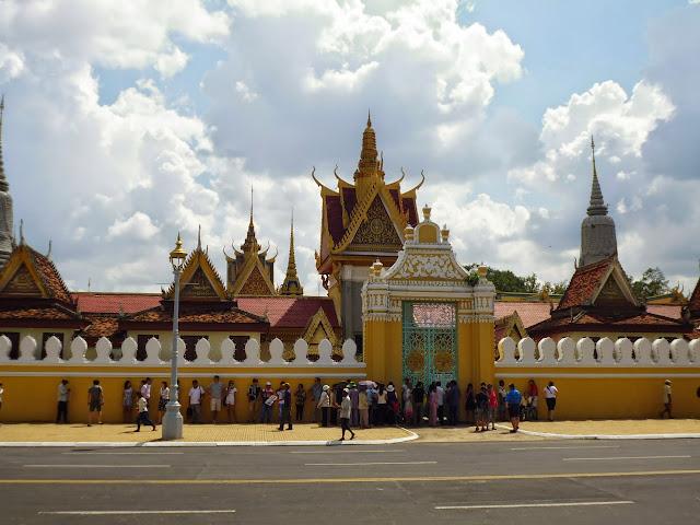 перед входом в Королевский музей Камбоджи