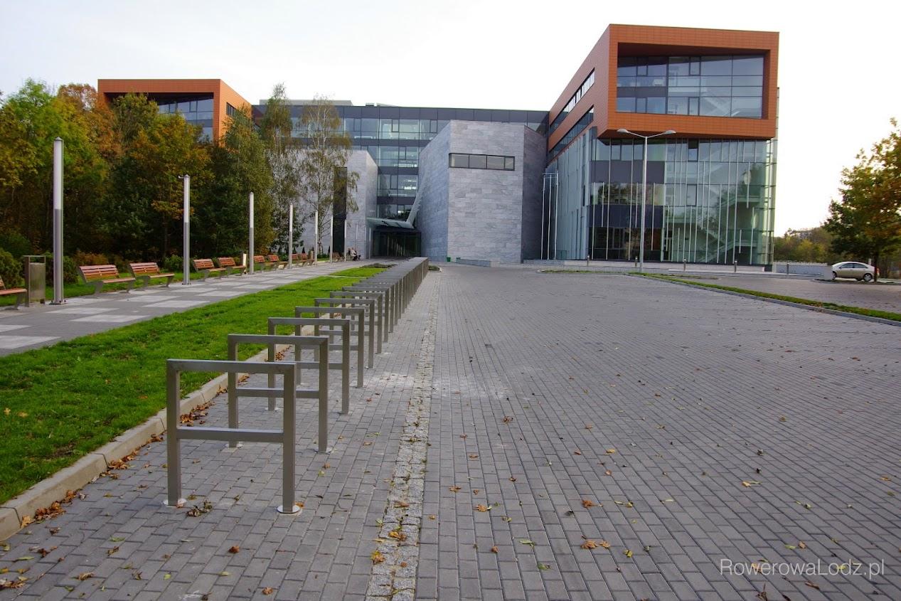 30 u-kształtnych stojaków przed budynkiem Wydziału Filologii