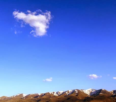 Wolken über dem Solton-Sary-Tal vor dem Kapka-Tash-Grat