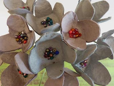 Flor com pentes de ovoso