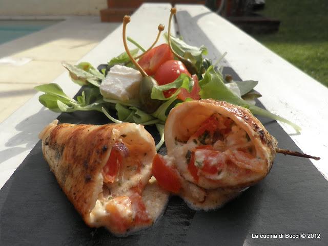 Calamari ripieni di feta con insalata greca