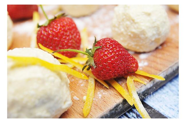 Kluseczki twarogowe z truskawkami