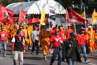 Buddhist Monks Join Bangkok Red Shirt Protests Image