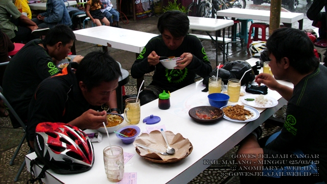 Makan siang di sekitar Alun-alun Kota Batu.