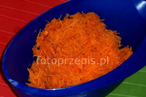 Surówka z marchewki z chrzanem zdrowe wegetarianskie warzywa szybkie salatki przystawki obiad latwe europejska codzienne  przepis foto