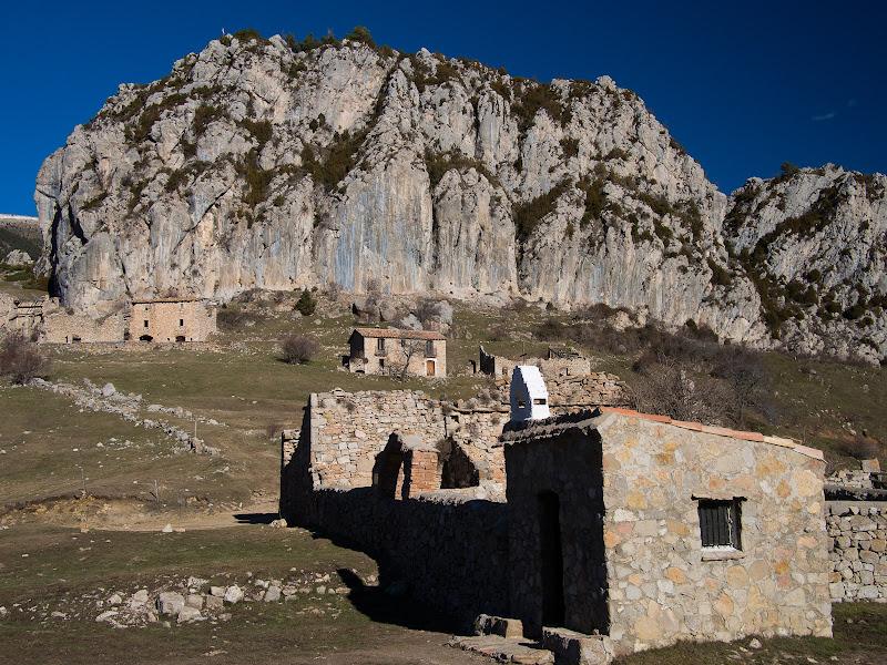 Sant Miquel, el cementiri, les cases abandonades i el Roc de Peguera