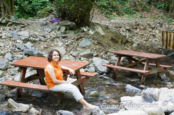 dere üstündeki masalara oturmuş ayaklarımızı suya sokarken, Sudüşen şelalesi Yalova