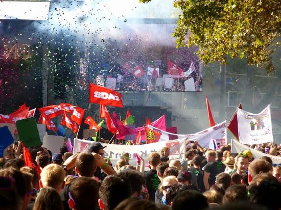 Jugendliche Demonstranten mit SDAJ-Fahnen.