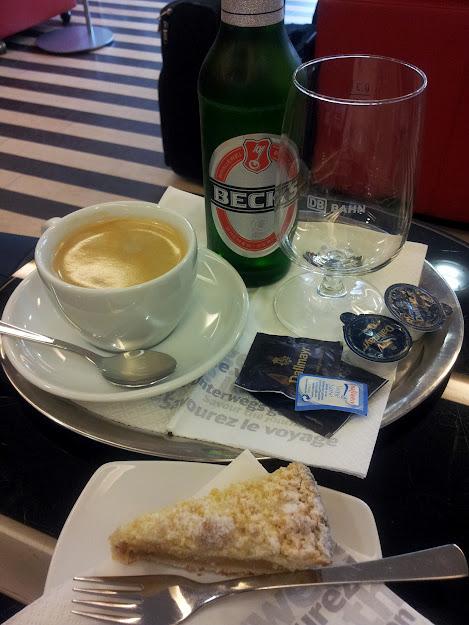 Bil von Kaffee, Bier und Apfelkuchen in der DB 1. Klasse Lounge in Hamburg