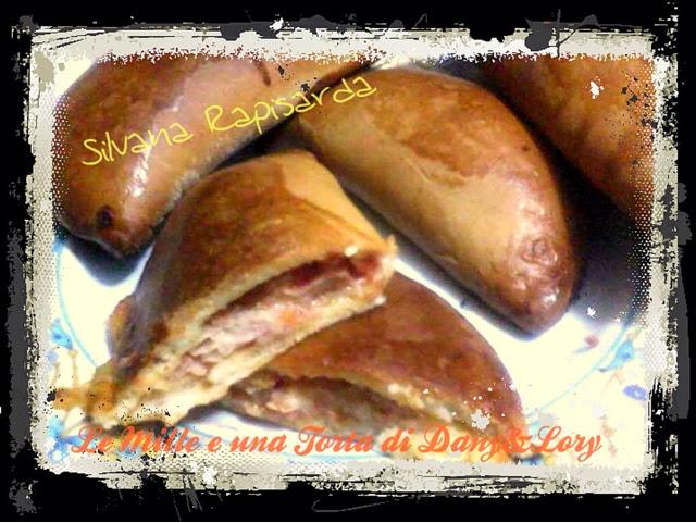 cartucciate siciliane farcite con pomodoro, mozzarella e prosciutto cotto