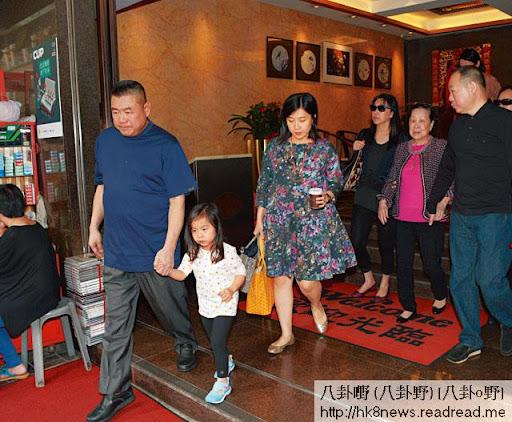 大劉湊女為樂,又拖又抱上車,平日拖媽咪嘅重任,交胞弟劉鑾鴻代勞。