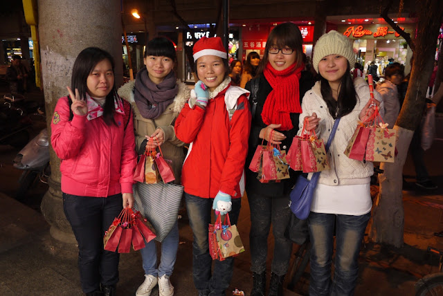 five female college students selling apples on Christmas Eve in Quanzhou, China