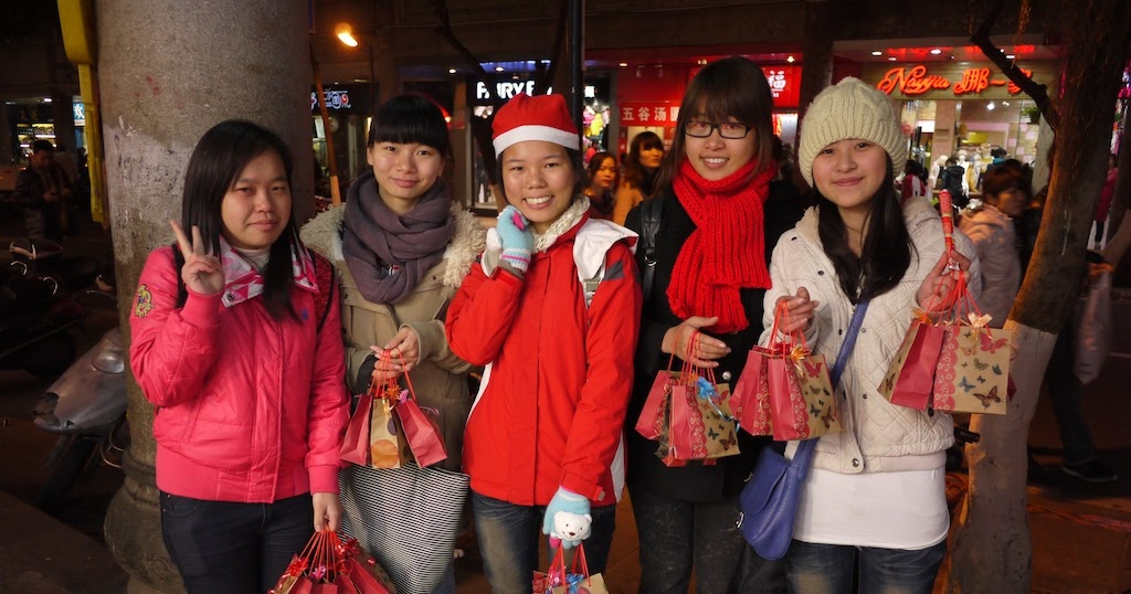 students selling christmas apples in quanzhou china