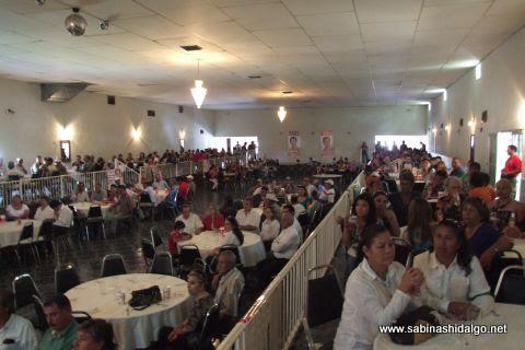 Asistentes al evento en apoyo del candidato a la diputación federal