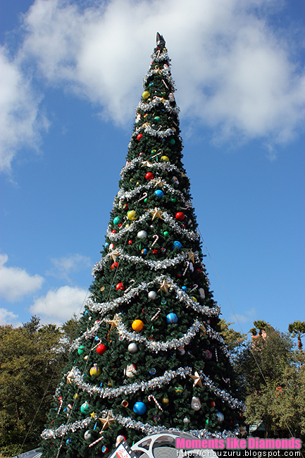 here is the christmas tree at disney hollywood studios each park has its own main tree like these which are all huge and impressive xd hollywood studios - Disneyworld At Christmas Time