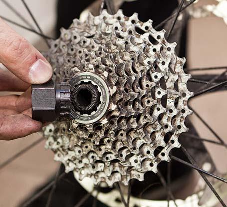 снятие кассеты на велосипеде