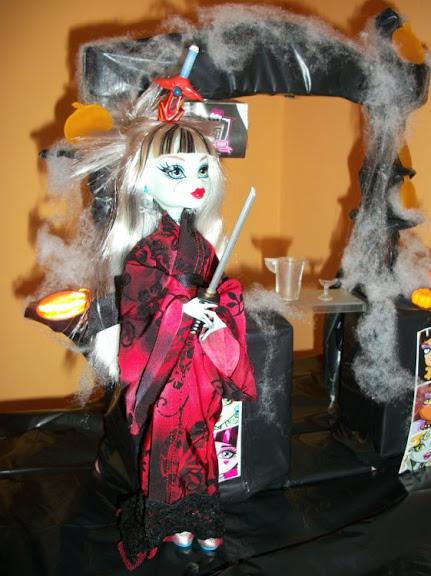 Fiesta DIY de Halloween de Bea-Trici: Frankie Classroom vestida de princesa japonesa guerrera