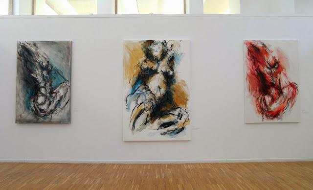 Exposición Movimiento con algunas de las pinturas de Annette Schock, en Villanueva de la Cañada, Madrid