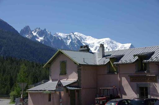 Les aiguilles de Chamonix et le mont Blanc depuis la gare de Montroc