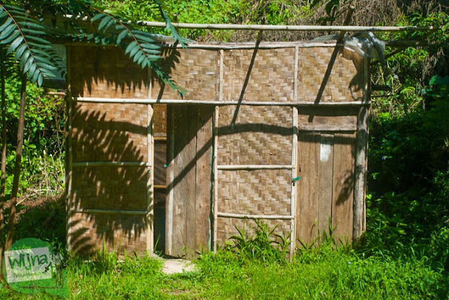 fasilitas toilet dan ruang ganti sederhana di kawasan Curug Bugbrug, Bandung Barat